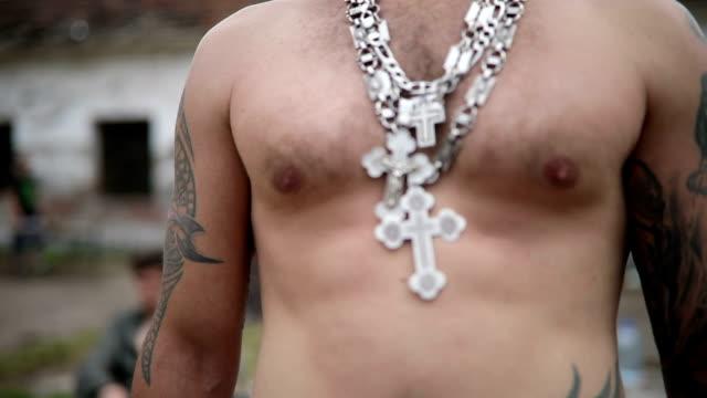 vídeos de stock e filmes b-roll de dangerous criminal in silver cross-shape chain - gangue