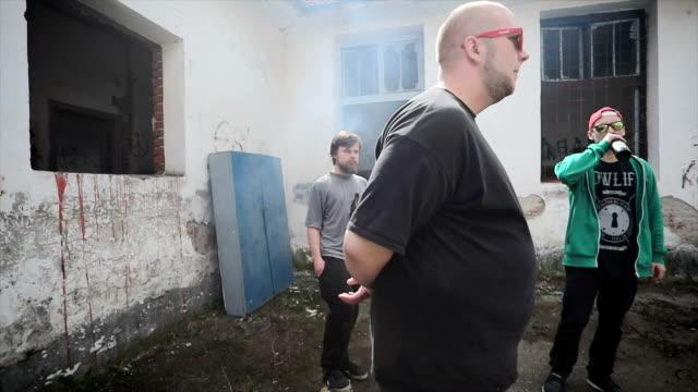 飲んで危険なギャングのメンバー - 無礼点の映像素材/bロール