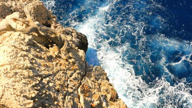 """gefährliche felsigen klippe mit blick auf die wellen des meeres brechen mountain mallorca, farbton """"tide"""" - rau stock-videos und b-roll-filmmaterial"""