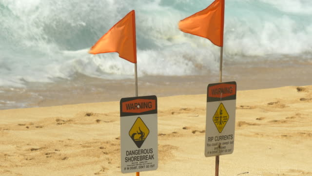 stockvideo's en b-roll-footage met dangerous shorebreak signs for surfing at pipeline, north shore, oahu, hawaii. - slow motion - oahu