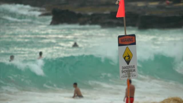 vídeos de stock, filmes e b-roll de dangerous shorebreak signs for surfing at sandy beach, oahu, hawaii. - slow motion - tubo de ondas