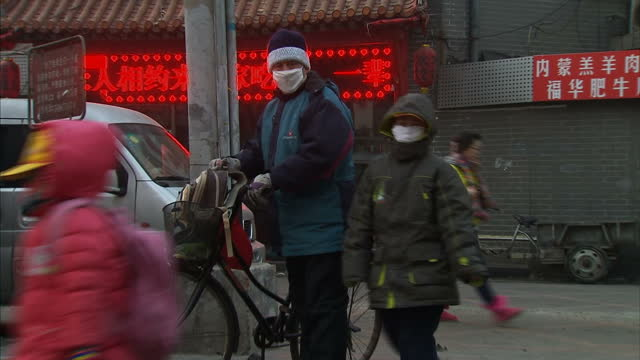 vídeos de stock e filmes b-roll de dangerously high pollution levels have been recorded in bejing for a fourth consecutive day. an air quality monitor registered a level of 300 in the... - nevoeiro fotoquímico