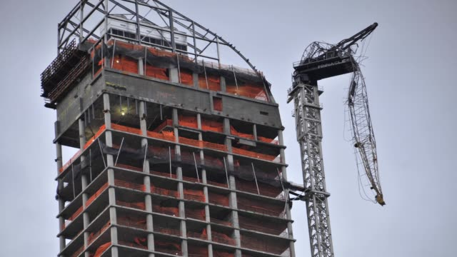 dangling construction crane at one57 . due to hurricane sandy?s high winds the crane collapsed on october 29, 2012. manhattan, new york city, usa.... - crane stock videos & royalty-free footage