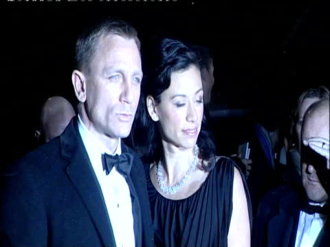 vídeos de stock, filmes e b-roll de daniel craig and satsuki mitchell pose for photographers at british academy of film and television arts awards london 8 february 2009 - daniel craig ator