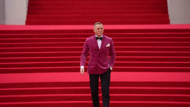 """daniel craig attends the """"no time to die"""" world premiere at royal albert hall on september 28, 2021 in london, england. - première stock-videos und b-roll-filmmaterial"""