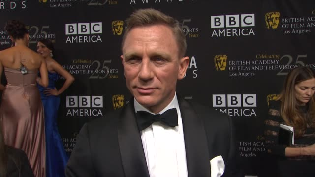 vídeos de stock, filmes e b-roll de daniel craig on how it feels to receiving this honor if he is growing tired of playing james bond looking forward to the films opening weekend and... - james bond trabalho conhecido