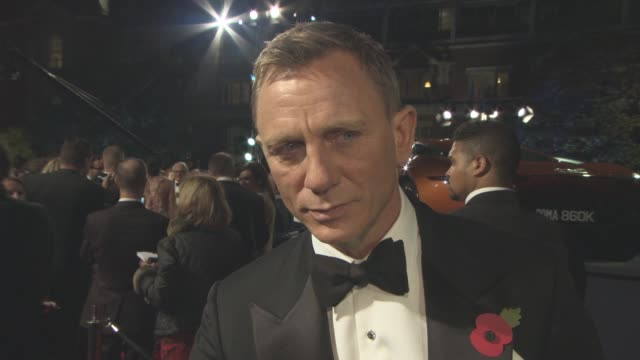 vídeos de stock, filmes e b-roll de interview daniel craig on the humour in the film being a part of the franchise how it's changed his life at 'spectre' world premiere at royal albert... - james bond trabalho conhecido
