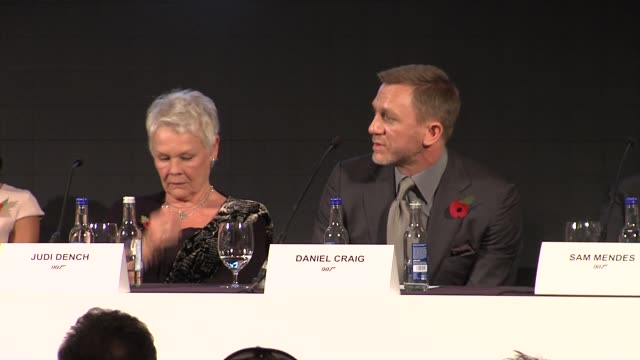 vídeos de stock, filmes e b-roll de daniel craig on wanting to play bond for a few more years at the bond 23 launch press conference skyfall at london england - james bond trabalho conhecido