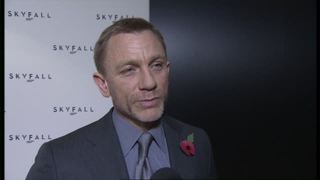 vídeos de stock, filmes e b-roll de daniel craig on what audiences can expect sam mendes being the next director at the 23rd bond skyfall interviews on november 03 2011 in london england - james bond trabalho conhecido