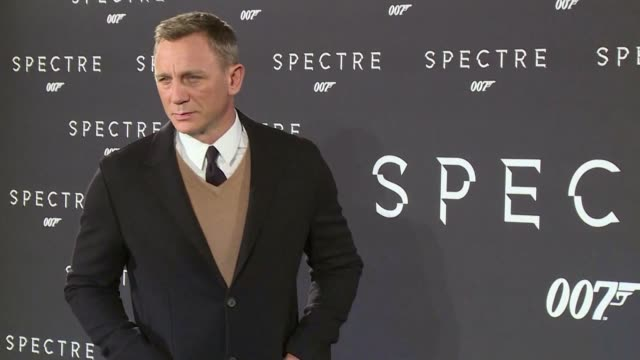 vídeos de stock, filmes e b-roll de daniel craig the british actor who famously complained he'd rather slash his wrists than play james bond a fifth time finally confirms he's returning... - james bond trabalho conhecido