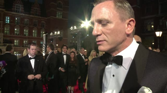 vídeos de stock, filmes e b-roll de daniel craig thrilled james bond fans in london tuesday as he climbed the red carpet with costars judi dench and javier bardem to the world premiere... - daniel craig ator