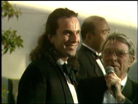 daniel daylewis at the 1991 academy awards at the shrine auditorium in los angeles california on march 25 1991 - 1991 bildbanksvideor och videomaterial från bakom kulisserna