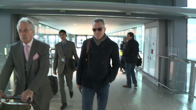 daniel daylewis flies out from heathrow to the usa to promote his movie 'lincoln' walks across terminal to ba firstclass area - 映画 リンカーン点の映像素材/bロール