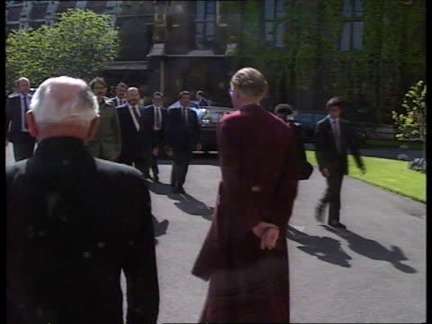 daniel ortega visit; millbank ici hq ortega shakes businessmen from iciext lambeth palace bv archbishop of canterbury robert runcie walks... - ダニエル オルテガ サアヴェドラ点の映像素材/bロール
