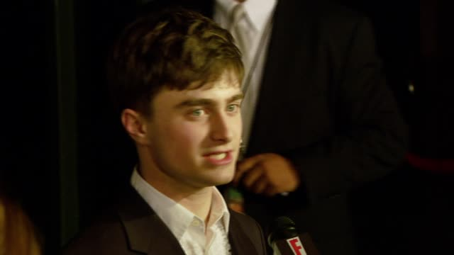 vídeos de stock, filmes e b-roll de daniel radcliffe at the 'december boys' los angeles premiere at director's guild of america in hollywood california on september 6 2007 - director's guild of america