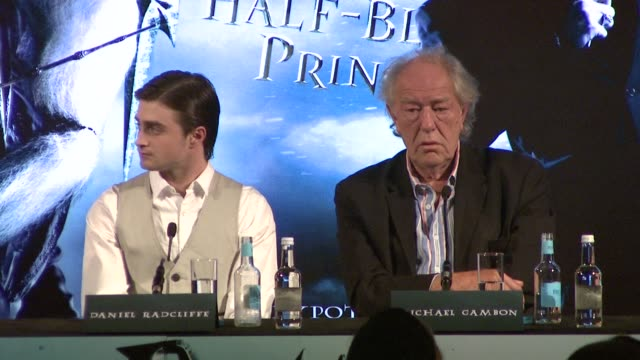 daniel radcliffe david heyman david yates bonnie wright on the death of robert knox an actor who joined the cast on this film at the harry potter and... - ensemblemitglied stock-videos und b-roll-filmmaterial