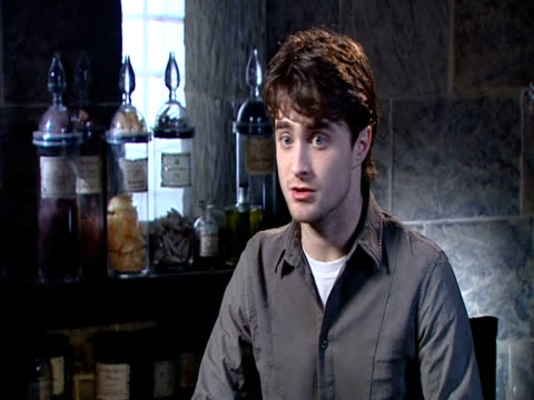 daniel radcliffe on how the films gave him so much confidence, on how he's a nervous person, on not knowing what he's good at, so he wouldn't know... - harry potter titolo d'opera famosa video stock e b–roll