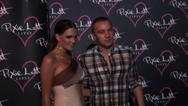 vidéos et rushes de danielle lloyd & jamie o'hara arrive at a party held to celebrate pixie lott's new season 'lipsy' clothing line. danielle lloyd & jamie o'hara... - pixie lott