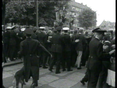 danish beatles fans lining streets / police scuffling with fans as they try to maintain order, fans running along street to meet the band / band... - the beatles bildbanksvideor och videomaterial från bakom kulisserna