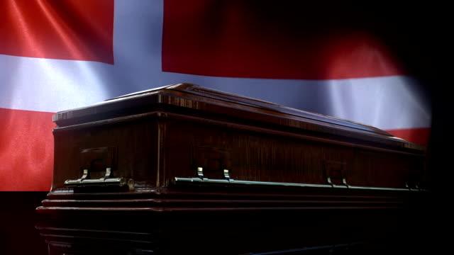 vídeos y material grabado en eventos de stock de bandera danesa detrás del ataúd - danish flag