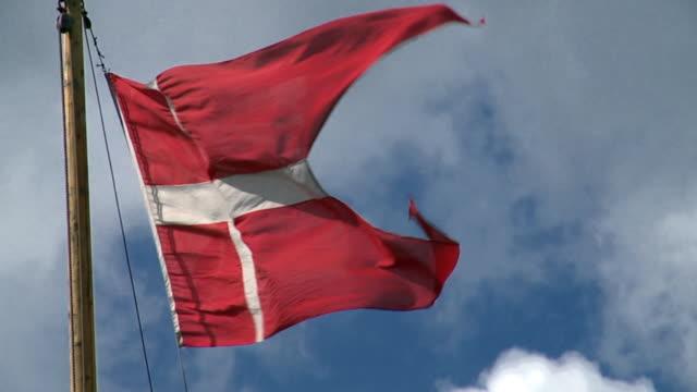 vídeos y material grabado en eventos de stock de cu slo mo danish flag blowing in air / copenhagen, denmark, denmark - danish flag
