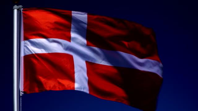 vídeos y material grabado en eventos de stock de 4k: danés bandera en el asta de la bandera frente al aire libre azul del cielo (dinamarca) - danish flag