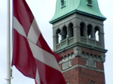 vídeos y material grabado en eventos de stock de cu, danish flag with tower in background, copenhagen, denmark - danish flag