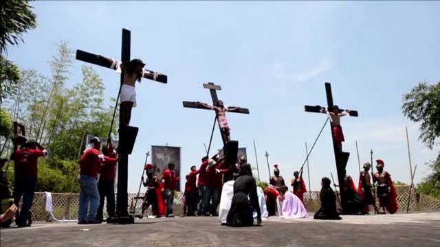 a danish man joined eight filipinos in re enacting the death of jesus christ friday by being nailed to crosses in a bloody annual easter spectacle in... - filippinerna bildbanksvideor och videomaterial från bakom kulisserna