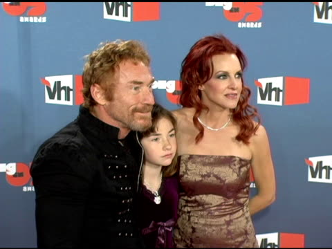 danny bonaduce with wife gretchen and daughter isabella at the vh1 big in '05 at sony studios in los angeles, california on december 3, 2005. - vh1ビッグインアワード点の映像素材/bロール