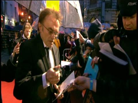 vídeos y material grabado en eventos de stock de danny boyle signs autographs for fans on red carpet of british academy film awards london 08 february 2009 - autografiar