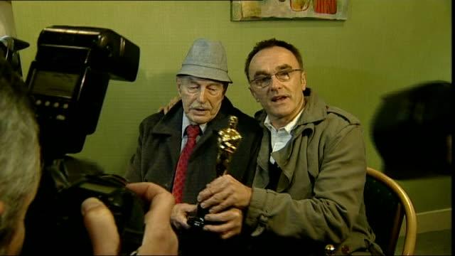 vídeos y material grabado en eventos de stock de danny boyle takes 'slumdog millionaire' oscar to social club england greater manchester bury radcliffe ext danny boyle saying 'oh my god' as posing... - hombre de familia título de película