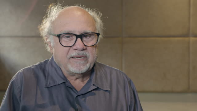 vídeos y material grabado en eventos de stock de danny devito on theresa may, it might be a bad time to be a humanitarian, randy newman song, guns on the street of the usa at 'curmudgeons' interview... - randy newman