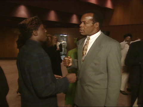 vídeos de stock, filmes e b-roll de ms danny glover and wesley snipes conversing in lobby of director's guild of america theater - director's guild of america