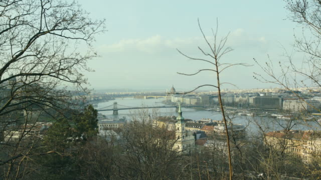 vídeos de stock e filmes b-roll de danube and budapest from the gell��rt hill with the l��nc bridge, margit bridge and margit island and on the right is the parlament - ponte das correntes ponte suspensa
