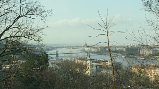 vídeos y material grabado en eventos de stock de danube and budapest from the gell��rt hill with the l��nc bridge, margit bridge and margit island and on the right is the parlament - puente de las cadenas de széchenyi