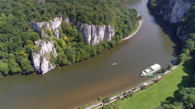 vídeos de stock, filmes e b-roll de danúbio gorge (donaudurchbruch) em kelheim-weltenburg na baviera - jurássico