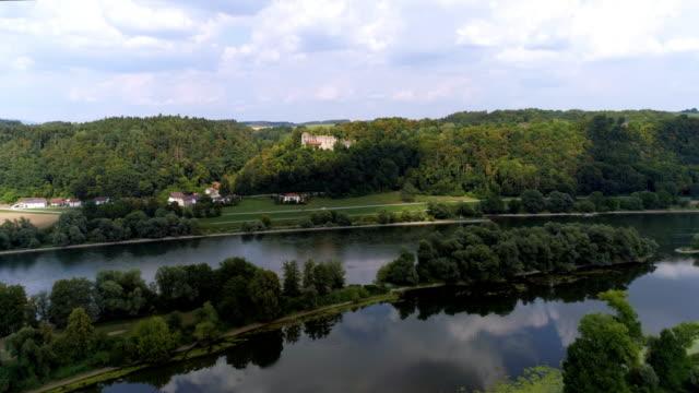 vídeos de stock, filmes e b-roll de rio danúbio e hilgarstberg de ruína do castelo perto de vilshofen na baviera - floresta da bavária