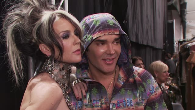 daphne guinness and david lachapelle and guest at the fashion for relief - haiti, nyc - backstage - fall 2010 mbfw at new york ny. - ファッションフォーリリーフ点の映像素材/bロール