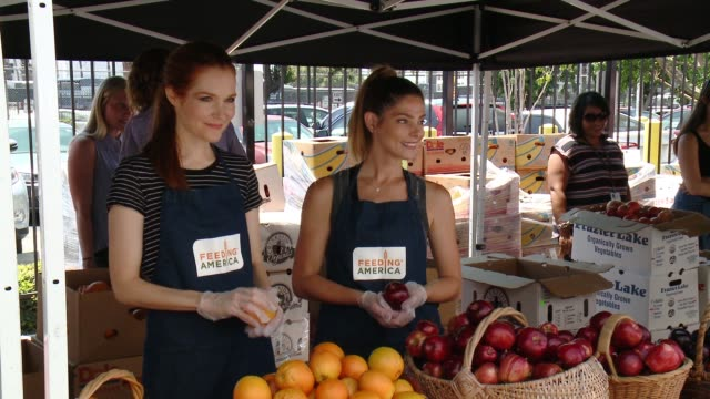 """darby stanchfield ashley greene at feeding america and the la regional food bank team up for """"put the heat on hunger"""" at para los niños charter... - niños stock videos & royalty-free footage"""