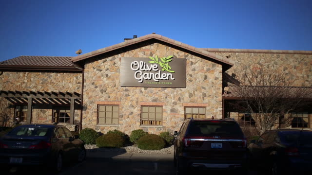 stockvideo's en b-roll-footage met darden restaurants inc is scheduled to release earnings figures on march 19 signage is displayed outside a darden restaurants inc olive garden... - informatiebord