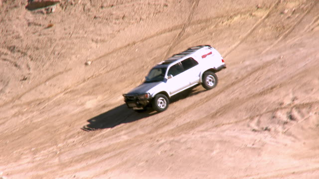 ws zi pan daredevil driver suv moving down steep incline of barren dirt hill in desert / salton city, california, usa - steep stock videos & royalty-free footage