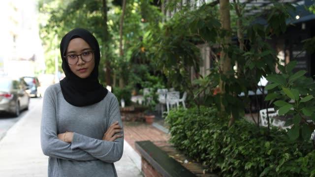 vídeos y material grabado en eventos de stock de atrevida a jovencita musulmana - encuadre cintura para arriba