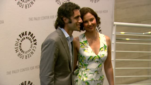 vídeos de stock, filmes e b-roll de dario franchitti, ashley judd at premiere screening and panel with new abc series missing on 4/10/12 in beverly hills, ca. - ashley judd