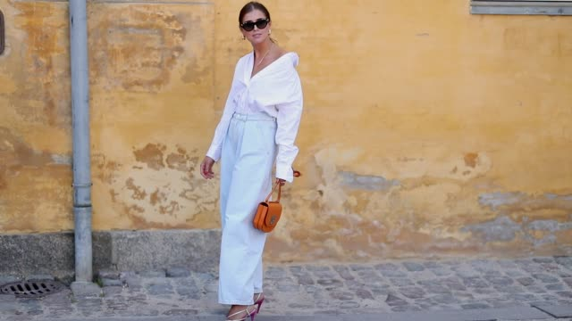 vídeos y material grabado en eventos de stock de darja barannik wearing high waisted pants, white button shirt is seen outside lovechild 1979 during the copenhagen fashion week spring/summer 2019 on... - camiseta