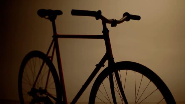 dunkle fahrrad fixed gear lichter - maßgefertigt stock-videos und b-roll-filmmaterial