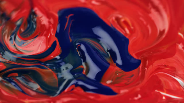dark blue paint is mixed with red paint - malen stock-videos und b-roll-filmmaterial