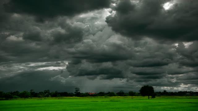 vídeos de stock e filmes b-roll de dark cloud at farm time lapse - overcast