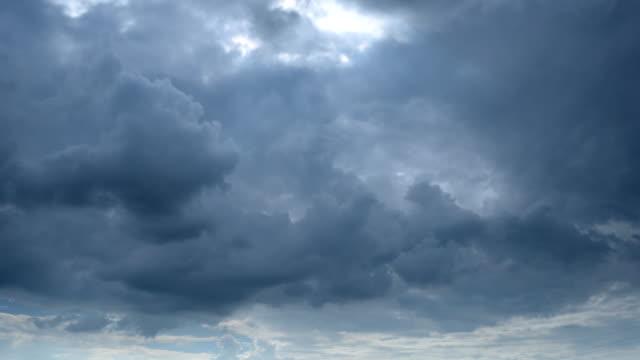 vídeos de stock, filmes e b-roll de lapso de tempo de nuvens escuras - overcast