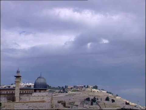dark clouds loom above the western wall and the al-aqsa mosque in jerusalem. - gerusalemme est video stock e b–roll