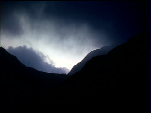 dark clouds move over silhouetted mountains snowdonia national park - スノードニア点の映像素材/bロール